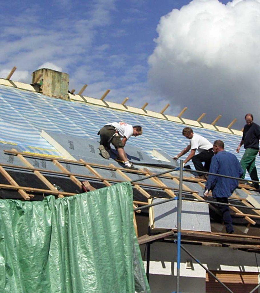 Das Team der Treyer GmbH Holz + Bau bei der Dachsanierung