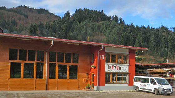 Fertigungs- und Lagerhalle mit Büro